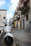 在城市街道上停放的白色滑行车 库存图片