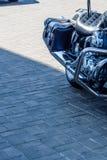 在城市街道上停放的砍刀摩托车的特写镜头 免版税图库摄影
