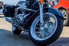 在城市街道上停放的砍刀摩托车的特写镜头 免版税库存图片