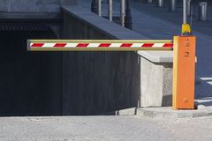 在城市街道上停放的障碍 图库摄影