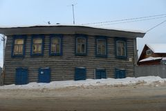 在城市街道上的一个老木房子在冬天 免版税库存图片