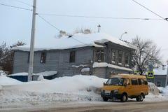 在城市街道上的一个老木房子在冬天 库存图片