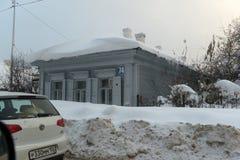 在城市街道上的一个老木房子在冬天 免版税库存照片