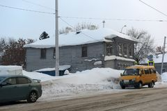 在城市街道上的一个老木房子在冬天 库存照片