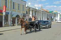 在城市街道上的一匹马 免版税库存照片