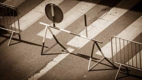 在城市街道上的临时路标 免版税图库摄影