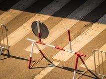 在城市街道上的临时路标 库存照片