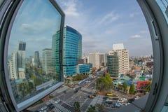 在城市街道上的交通 窗口视图向汉城,韩国 库存图片