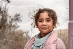 在城市街道上的伊朗女孩在春天 大不里士 东部阿塞拜疆省 伊朗 库存照片