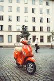 在城市街道上的停放的小型摩托车,事务离开 库存图片