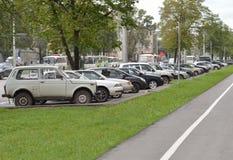 在城市街道上的停放的汽车 免版税库存图片