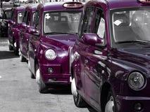 在城市街道上的出租汽车 免版税库存照片