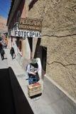 在城市街道上的地方居民 图库摄影