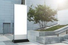 在城市街道上的垂直的白色空白的广告牌 在背景现代当代大厦 100f 2 8 28 301 ai照相机夜间f影片fujichrome nikon s夏天velvia 嘲笑 库存图片