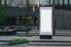 在城市街道上的垂直的白色空白的广告牌 在背景现代当代大厦 100f 2 8 28 301 ai照相机夜间f影片fujichrome nikon s夏天velvia 嘲笑 免版税库存照片