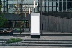 在城市街道上的垂直的白色空白的广告牌 在背景现代当代大厦 100f 2 8 28 301 ai照相机夜间f影片fujichrome nikon s夏天velvia 嘲笑 免版税库存图片