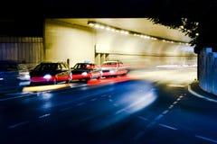 在城市街道上的夜交通 库存照片