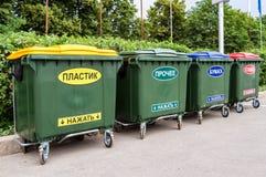 在城市街道上的大型垃圾桶 免版税库存照片