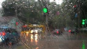 在城市街道上的大雨 股票视频