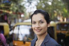 在城市街道上的女实业家 免版税库存图片