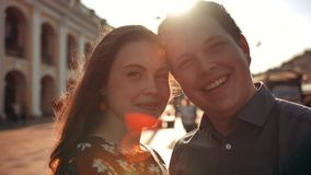在城市街道上的愉快的年轻夫妇 股票视频