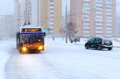 在城市街道上的无轨电车在大雪期间 免版税库存图片