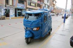 在城市街道上的秘鲁tuk-tuk 库存照片