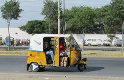 在城市街道上的秘鲁tuk-tuk 免版税图库摄影