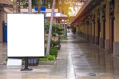 在城市街道上的空白的广告牌新的广告的 免版税库存图片