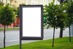 在城市街道上的空白的广告牌 免版税库存照片