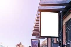 在城市街道上的空白的白色广告牌 在背景街道和岩石 嘲笑 在街道上的海报 文本的空的空间 复制sp 库存照片