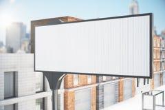 在城市街道上的空白的白色广告牌 库存图片