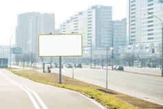 在城市街道上的空的广告牌 图库摄影