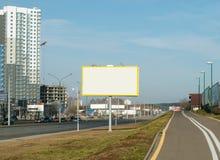 在城市街道上的空的广告牌 免版税库存照片