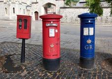 在城市街道上的红色英国邮箱 库存照片