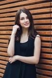 在城市街道上的美丽的年轻俏丽的女孩 图库摄影