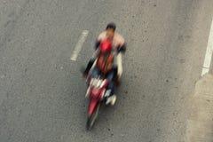 在城市街道上的行动motocycle 库存图片