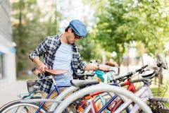 在城市街道上的行家人停放的固定的齿轮自行车 免版税库存图片