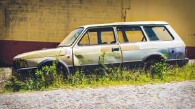 在城市街道上的被放弃的老汽车 库存图片