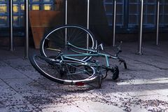 在城市街道上的被放弃的,打破的自行车 免版税库存照片