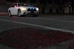 在城市街道上的警车在晚上 免版税库存图片