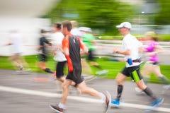 在城市街道上的赛跑者2014年5月18日在克拉科夫,波兰 免版税库存照片