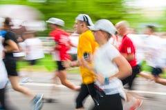 在城市街道上的赛跑者2014年5月18日在克拉科夫,波兰 库存图片