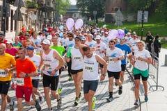在城市街道上的赛跑者2014年5月18日在克拉科夫,波兰 免版税库存图片