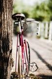在城市街道上的路自行车 免版税库存照片