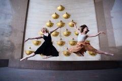 在城市街道上的跳芭蕾舞者 库存图片