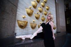 在城市街道上的跳芭蕾舞者 免版税库存照片