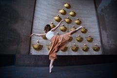 在城市街道上的跳芭蕾舞者 图库摄影