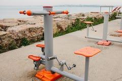 在城市街道上的运动器材 体育的健康生活方式和可及性的概念训练为每 免版税库存图片