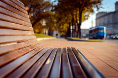 在城市街道上的长凳 免版税库存照片